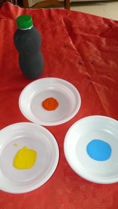 On prépare la peinture pour faire les petites empreintes ( prend de la peinture pas trop liquide)