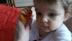 Plonge la main de bébé dedans ou applique la peinture avec le rouleau