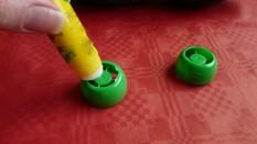 9a va nou servir à stabiliser le bac et décorer, on étale la colle sur les bouchons